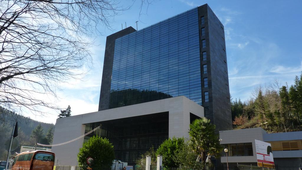 Ermua nuevo edificio tecnol gico y vivero de empresas for Edificios minimalistas fotos