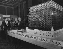 Jose María Gorordo y Sáenz de Oiza junto a la maqueta del CCAB, 1988