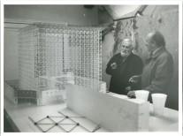 Oteiza y Sáenz de Oiza junto a la maqueta del CCAB