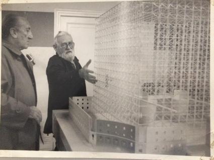Oteiza y Sáenz de Oiza junto a la maqueta del CCAB, 1988